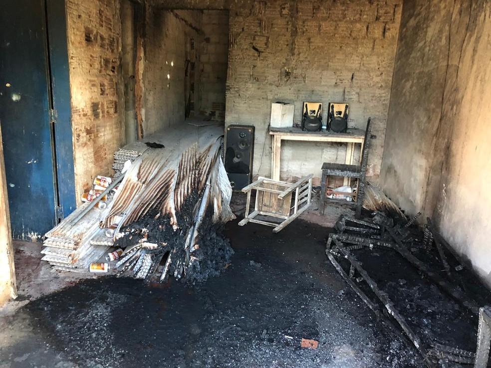 Filho colocou fogo em casa que é propriedade da mãe em Macaíba — Foto: Douglas Lemos/Inter TV Cabugi