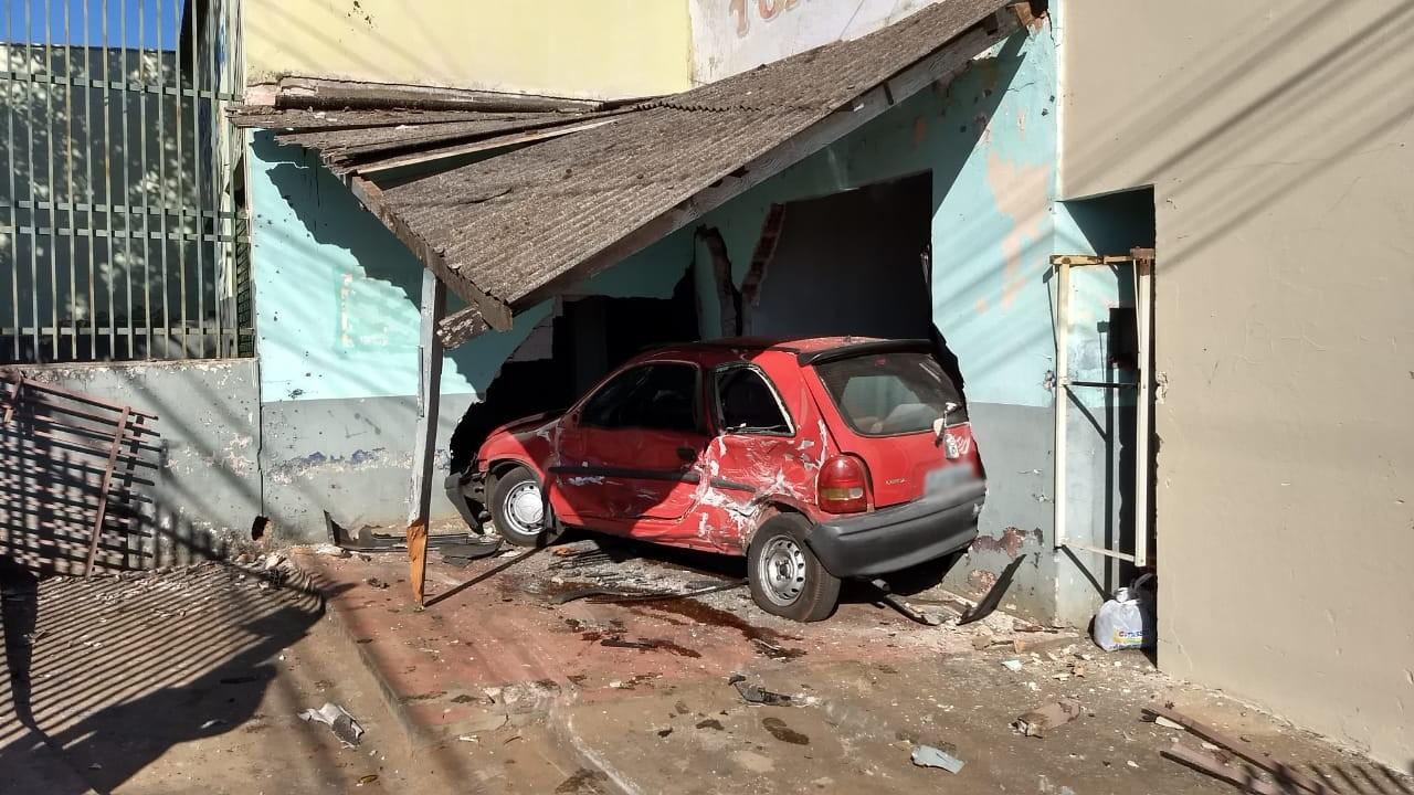Motorista fica ferido após invadir garagem e bater contra carro estacionado, em Londrina  - Notícias - Plantão Diário