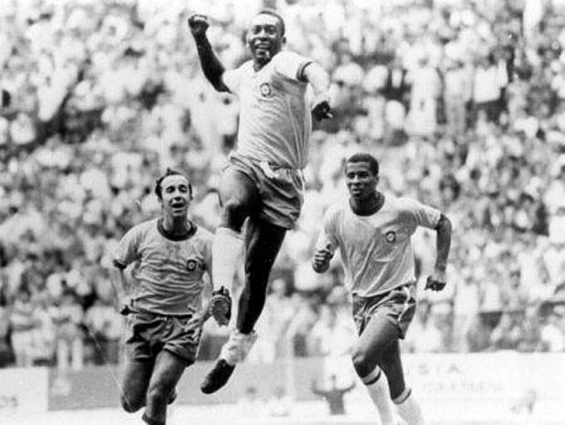 Jogador de futebol Pelé em comemoração (Foto: Orlando Abrunhosa)