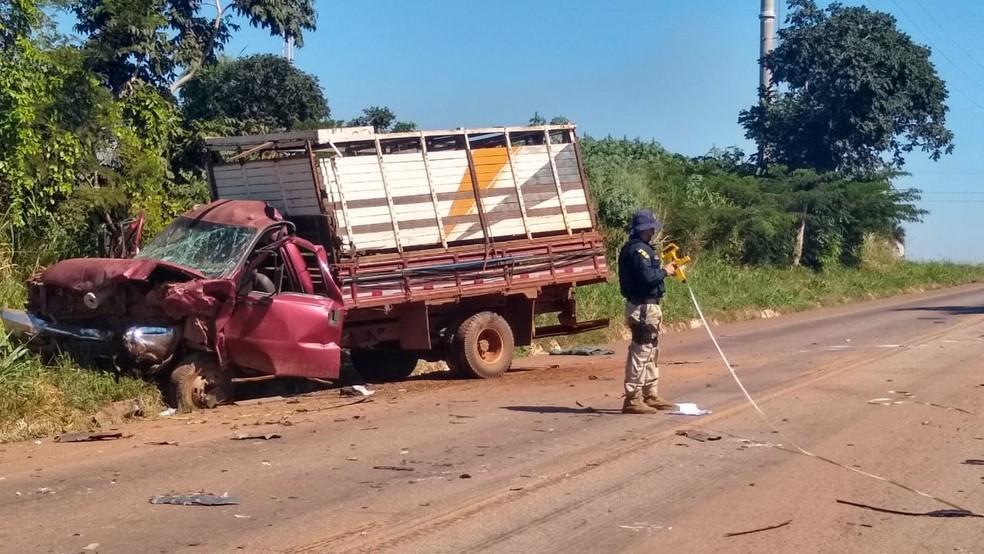 Caminhão tinha um motorista e dois passageiros — Foto: Elka Candelária/TVCA