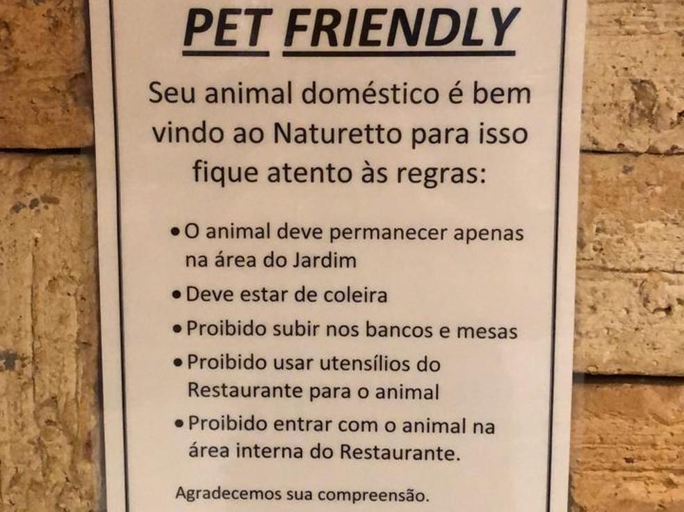 Quadro de regras para presença de pets em restaurante — Foto: Divulgação