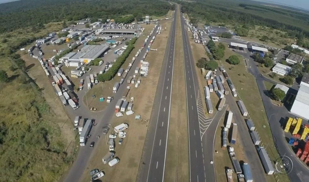 Caminhões estão estacionados às margens da Rodovia Marechal Rondon em Agudos (Foto: TV TEM / Reprodução )