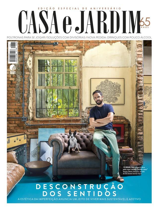O designer Sérgio Cabral em sua casa, em São Paulo (Foto: Christian Maldonado / Editora Globo   Produção Bruna Pereira)