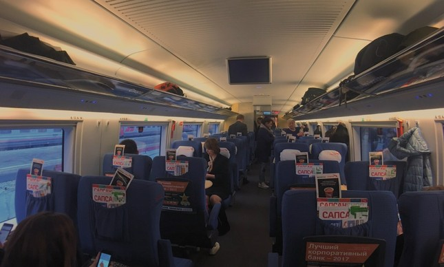 O vagão da terceira classe do trem de Moscou para São Petesburgo