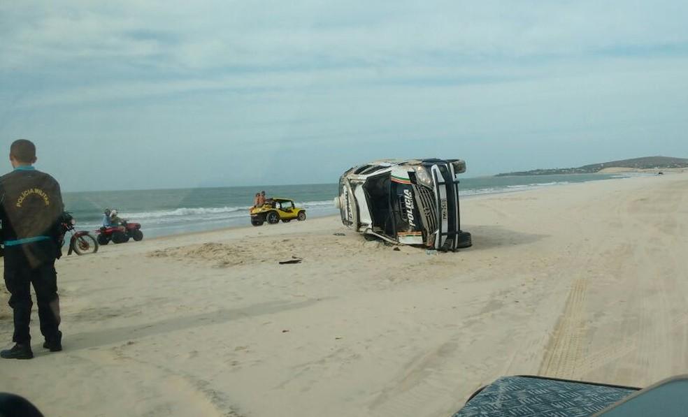 Carro da polícia tomba em praia de Jericoacoara ao tentar iniciar perseguição. (Foto: Arquivo Pessoal)