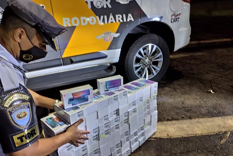 Policiais encontraram caixas com aparelhos celulares vindos do Paraguai em Palmital — Foto: Polícia Rodoviária/Divulgação