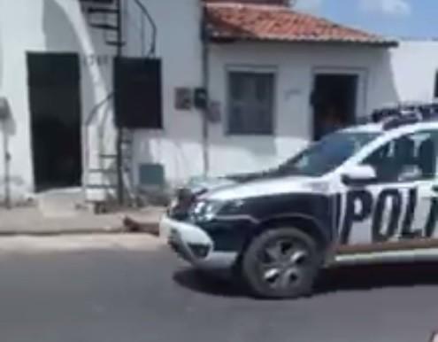 Homem é retirado à força de casa e é assassinado no meio de rua em Fortaleza