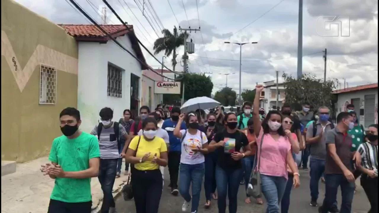 Manifestantes protestam demissão em massa de concursados da Prefeitura de Quixeramobim