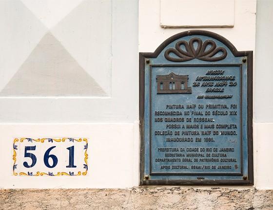 Placa na área externa do casarão destaca o fato de o museu reunir a maior coleção de arte naïf do mundo (Foto: Ana Branco / Agencia O Globo)