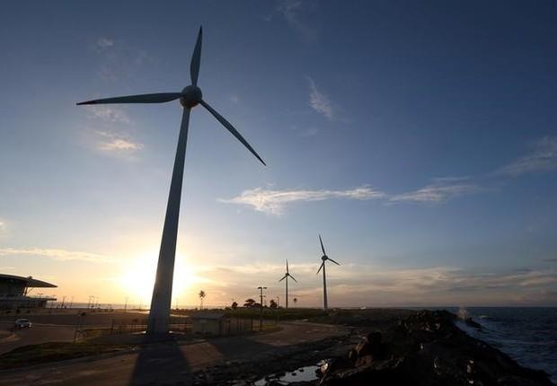 Turbinas eólicas em praia de Fortaleza, Ceará (Foto: Paulo Whitaker/Reuters)