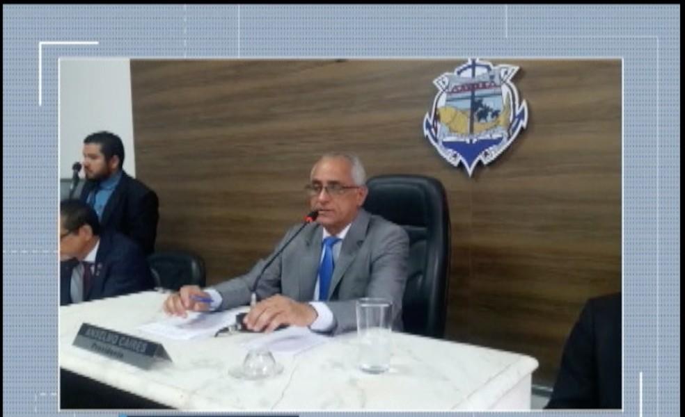 Presidente da Câmara durante posse como prefeito interino  — Foto: Reprodução/Inter TV Grande Minas
