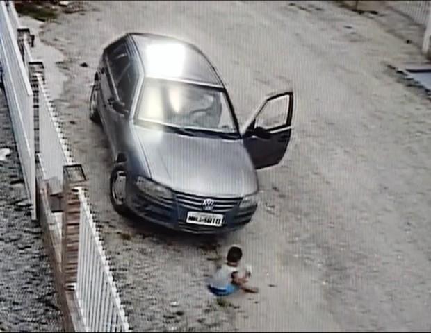 Criança sai ilesa de carro (Foto: Reprodução Instagram)