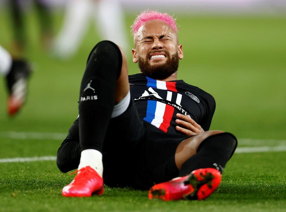 Neymar cai com expressão de dor após cair de mau jeito contra o Montpellier: lance foi no fim do primeiro tempo — Foto: Reuters