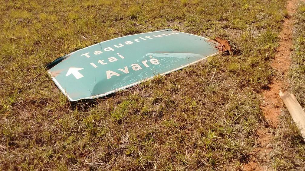 Vítima só parou após derrubar uma placa de trânsito em rodovia de Coronel Macedo (Foto: Arquivo pessoal/Mara Patriarca)
