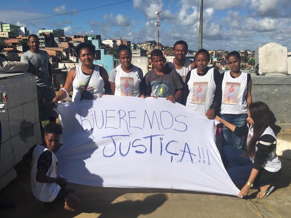 Familiares usaram camisas em homenagem a vítima — Foto: Isabela Cardoso/G1