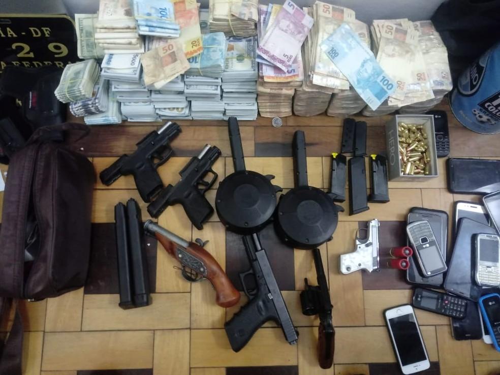 Armas, dinheiro, documentos e placas veiculares foram encontradas no apartamento do suspeito em Novo Hamburgo — Foto: Sd Carlos Zoch / Com Soc VRS