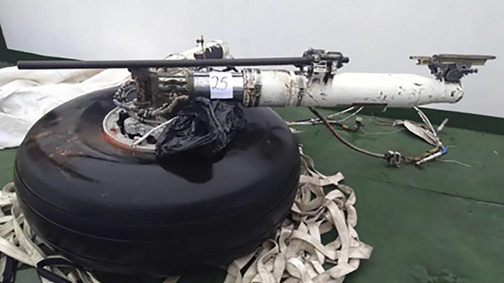 Roda de avião militar do Chile que se acidentou é levada a base militar em Punta Arenas nesta sexta-feira (13) — Foto: HO / Chilean Air Force / AFP