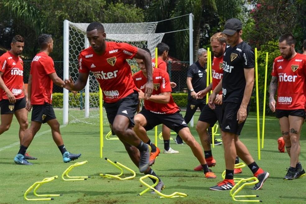 Com Gonzalo Carneiro, elenco do São Paulo treina nesta sexta-feira — Foto: Rubens Chiri/saopaulofc.net