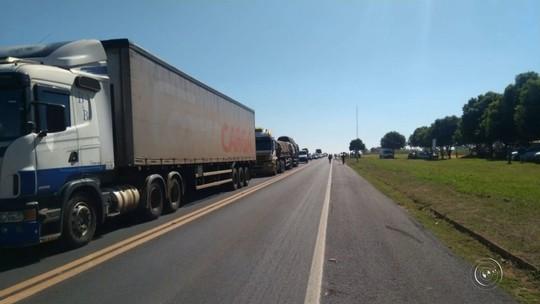 Caminhoneiros voltam a bloquear rodovias da região de Bauru em 4º dia de greve