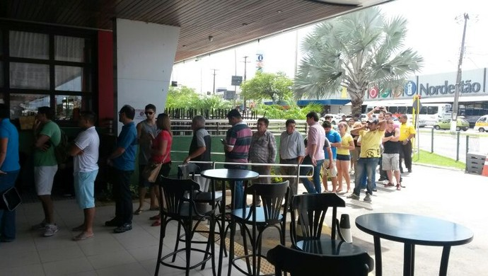 [COPA 2014]Em Natal, torcedores fazem fila e tentam últimos ingressos para Copa