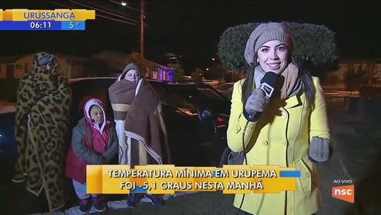 Família improvisa e se enrola em cobertores para suportar frio de Urupema: 'É um sonho estar aqui', diz mãe