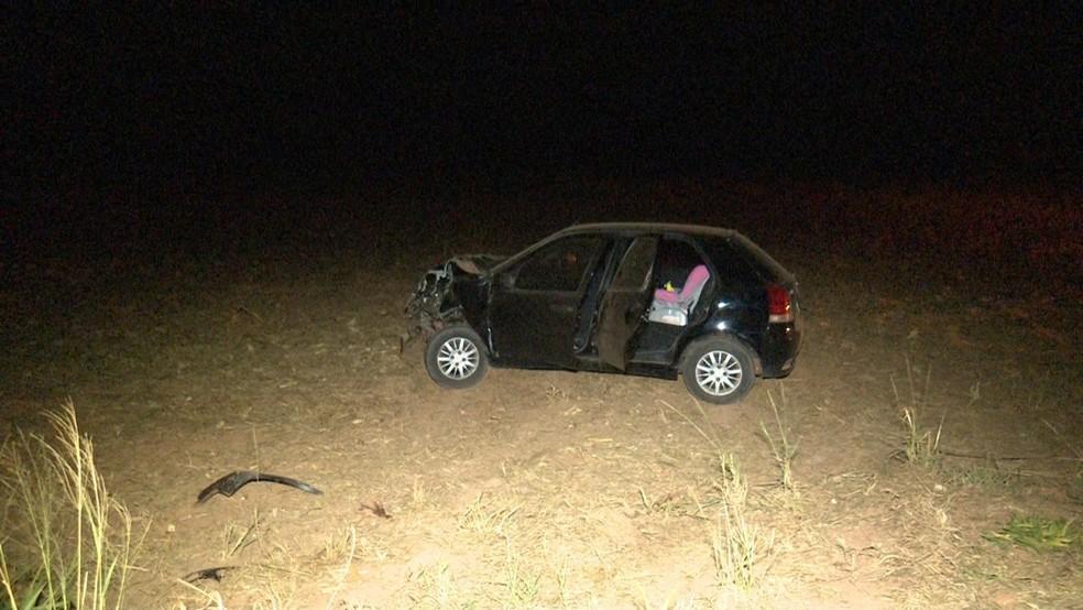 Carro que se envolveu em acidente saiu da pista na MT-242 (Foto: Lucas Torres/Portal Sorriso)