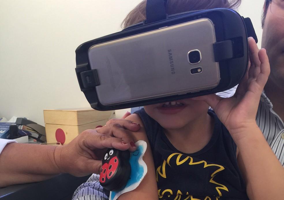 9da5f2c9e ... Joaninha com gelo e óculos 3D distraem atenção da criançada na hora da  vacina em Ribeirão
