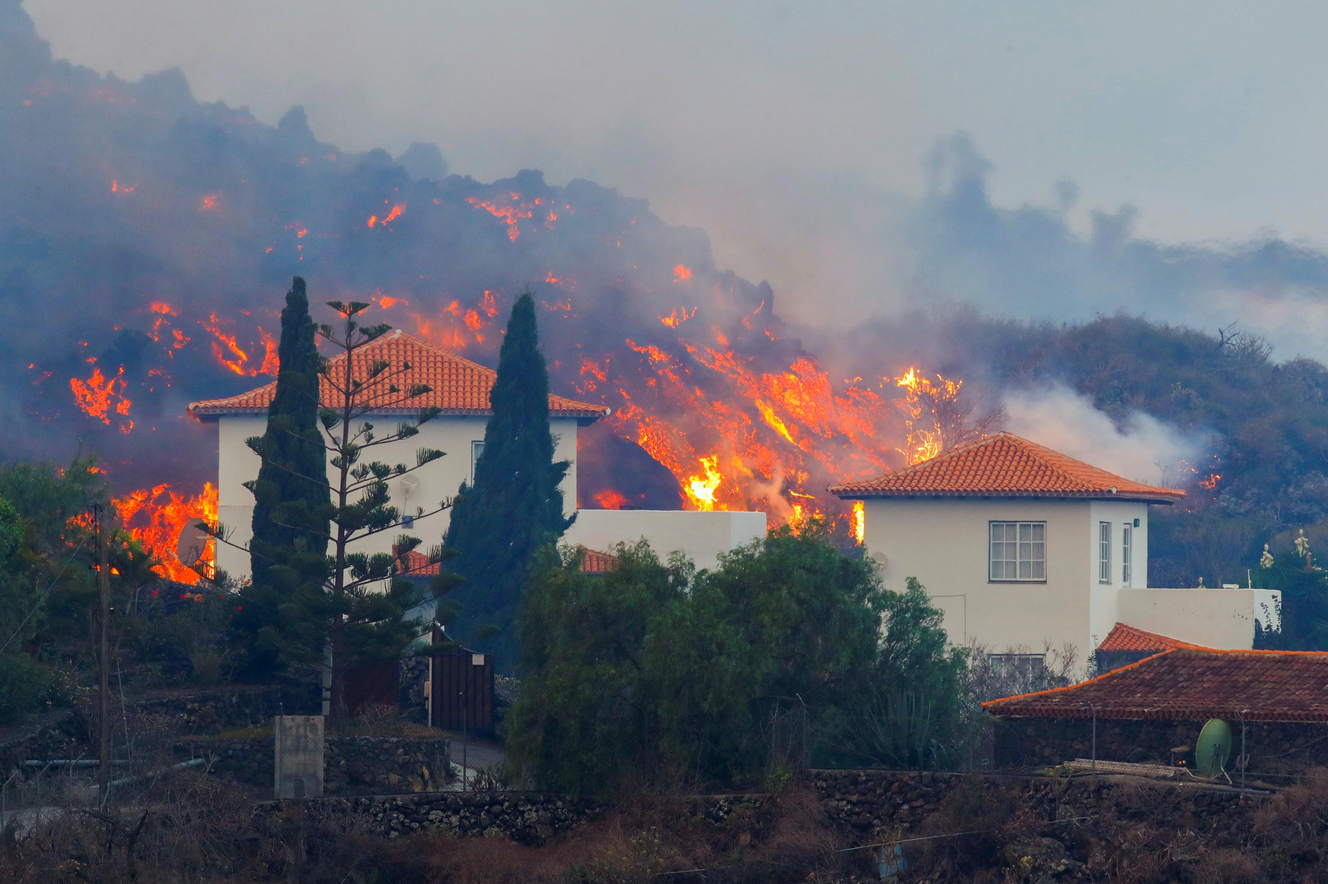 Lava de vulcão nas Canárias chega a casas, e milhares de pessoas fogem; veja vídeo de uma construção sendo destruída