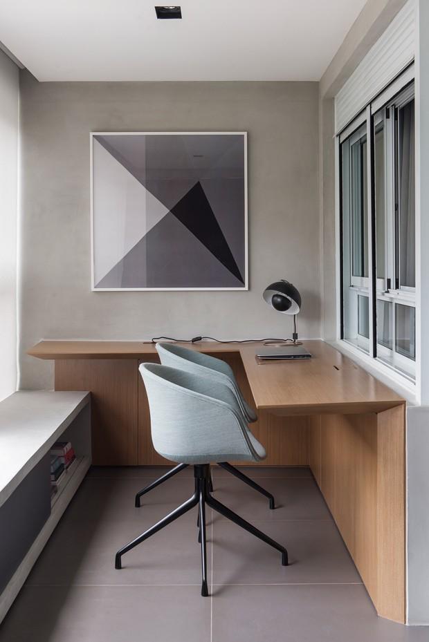 VARANDA | O espaço estreito foi transformado em escritório graças ao móvel de madeira, que serve como escrivaninha e dá personalidade ao apê. (Foto: Manu Oristanio  / Divulgação)