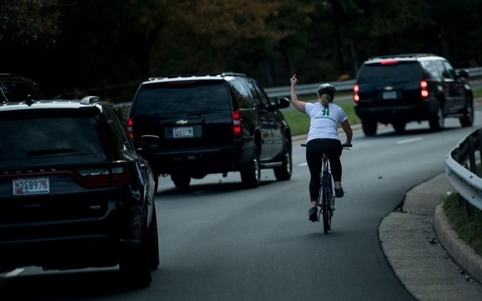 Em foto de 28 de outubro, Juli Briskman mostra o dedo médio à comitiva do presidente Donald Trump em Sterling, Virginia (Foto: Brendan Smialowski / AFP)