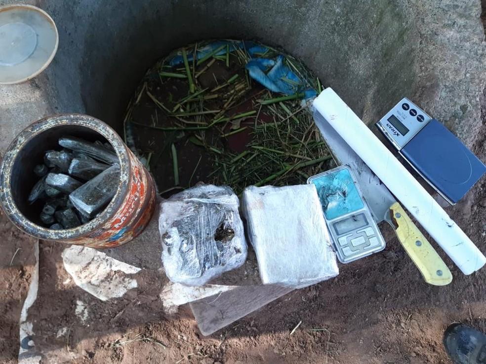 Drogas foram encontradas em uma área de matagal que tem sido utilizada por traficantes da região — Foto: Divulgação/ Polícia Civil