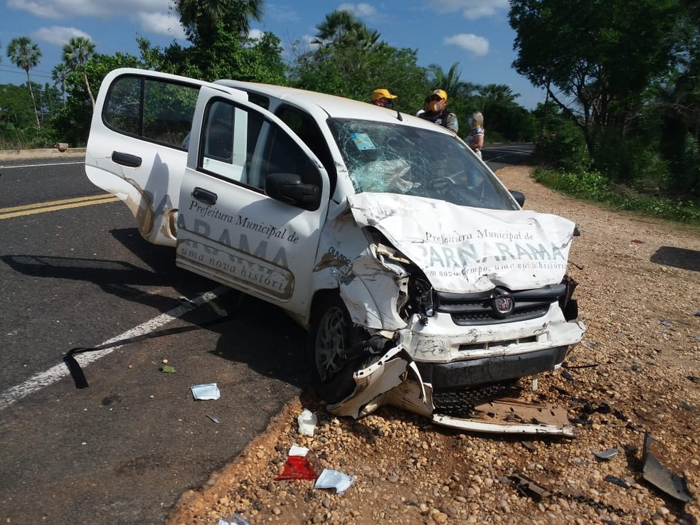 Carro com identificação da Prefeitura de Parnarama-MA se envolveu em acidente que vitimou o fisioterapeuta Diego Mota — Foto: Divulgação/BPRE