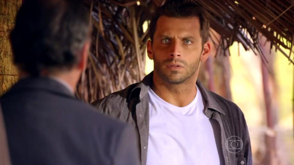 Cassiano (Henri Castelli) cai na armadilha de Alberto (Igor Rickli) e é pego pelos homens de Dom Rafael (Cesar Troncoso) - 'Flor do Caribe' — Foto: Globo