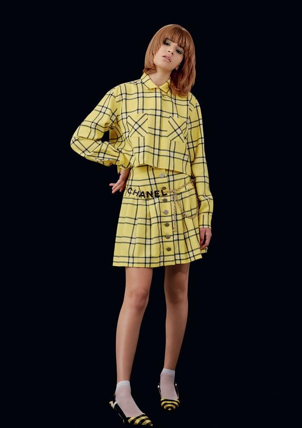 Geovana Phaifer veste jaqueta e saia, ambas Sara Battaglia. Cinto, a partir de R$ 7.170, Chanel; meias, R$ 7, Lupo; sapatos, R$ 240, Arezzo. (Foto: Hick Duarte)