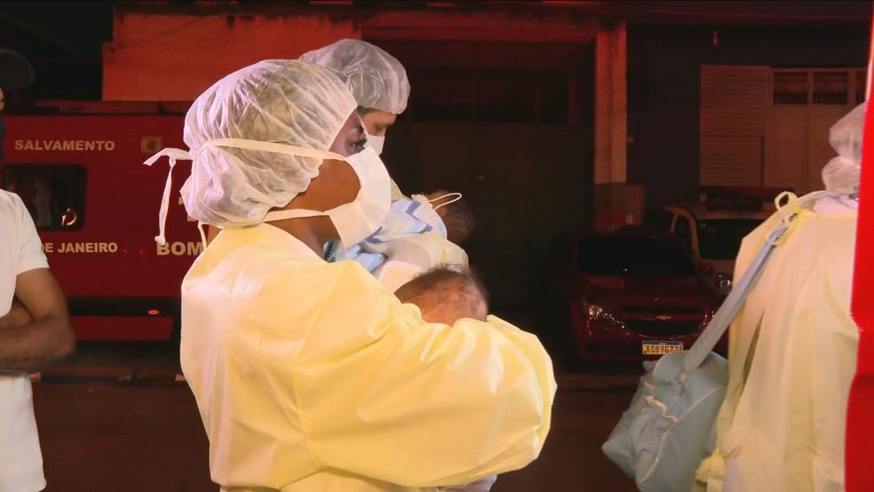 Bebês são transferidos de Hospital de Bonsucesso após incêndio no Rio — Foto: Reprodução/GloboNews