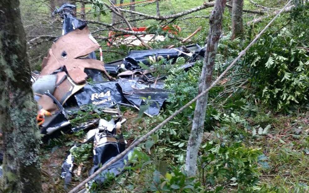 Imagens dos destroços do helicóptero que caiu em São Lourenço da Serra, matando 4 pessoas; modelo R44 é o que tem maior percentual de acidentes no estado (Foto: Divulgação/Corpo de Bombeiros)