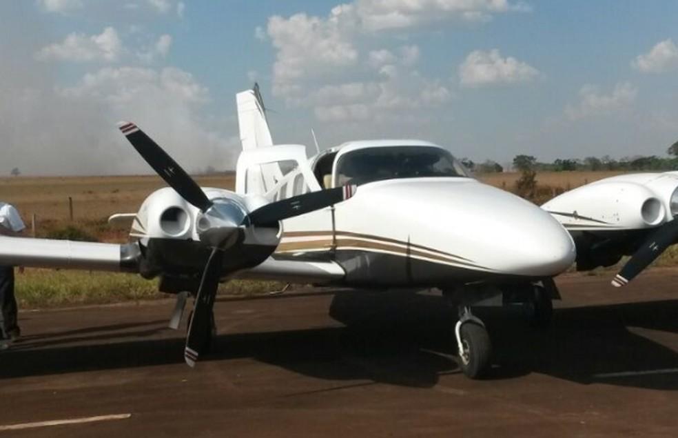 Avião foi apreendido pela polícia com R$ 500 mil e santinhos de Marcelo Miranda, em Piracanjuba, Goiás (Foto: Divulgação/Polícia Civil)