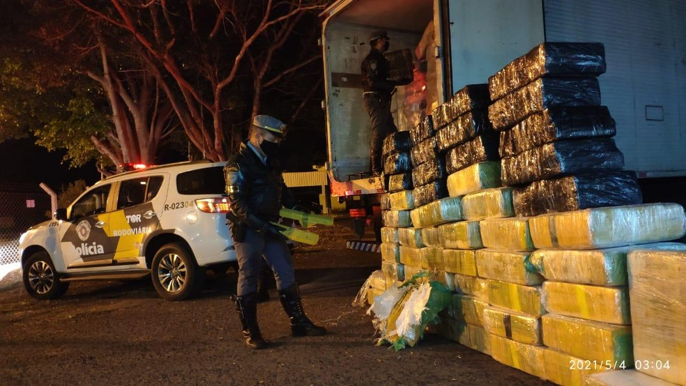 Polícia Rodoviária apreende quase 1 tonelada e meia de maconha em caminhão que transportava frango congelado em Palmital (SP) — Foto: Polícia Militar Rodoviária/ Divulgação