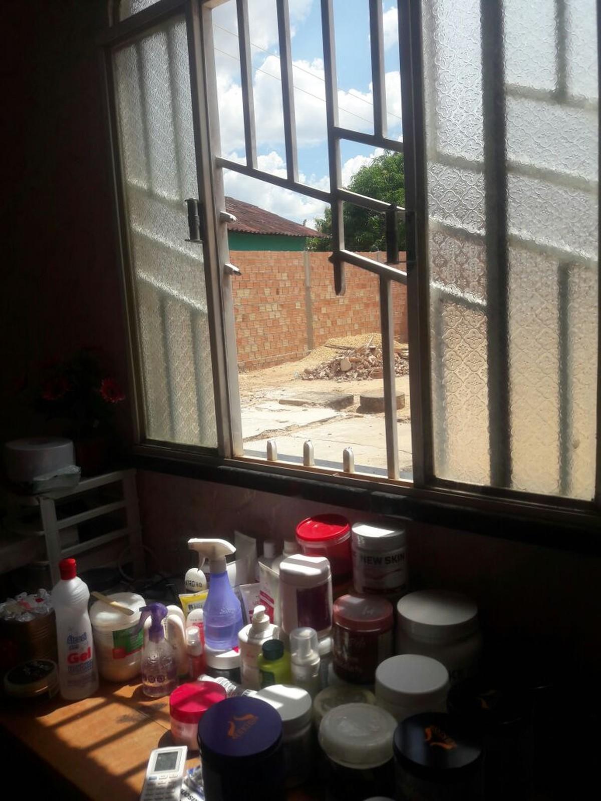 Ladrões cortam grades de janela e furtam produtos em salão de beleza na zona Oeste de Boa Vista