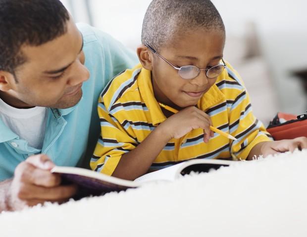 Cuidado ao ajudar seu filho na lição de casa: tente não transmitir medo (Foto: Thinkstock)