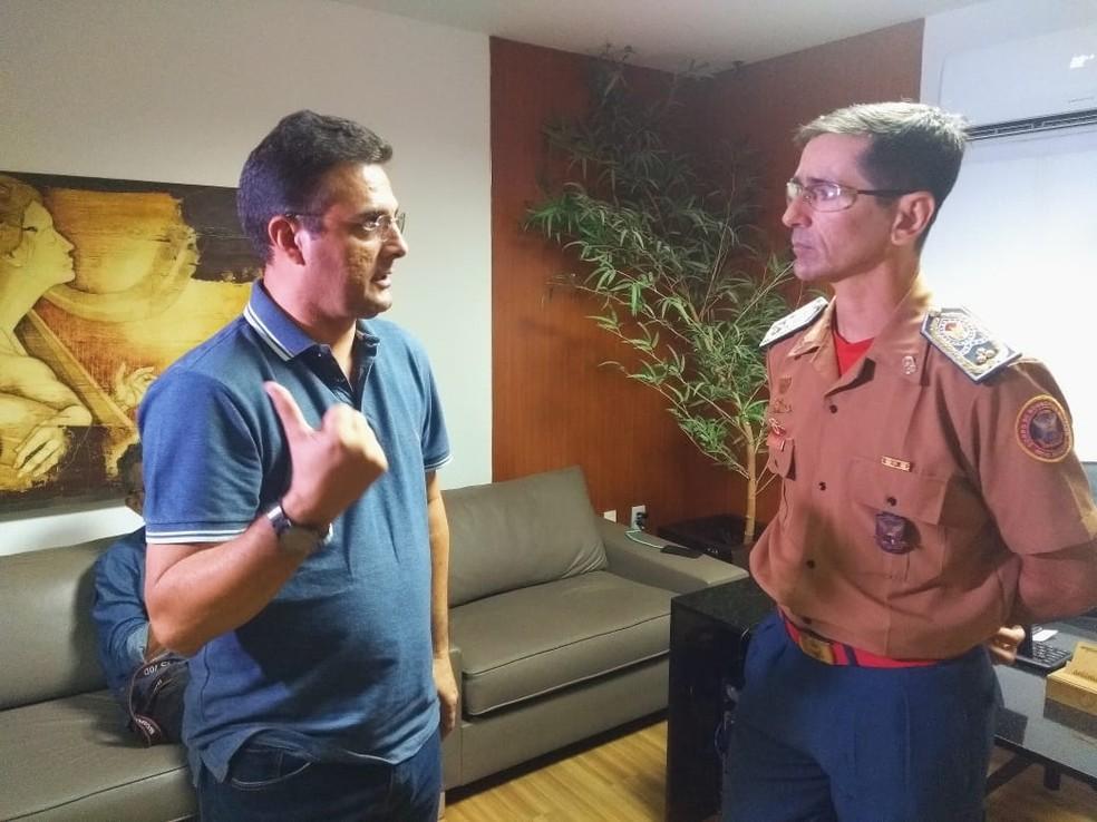 Prefeito de Patu Rivelino Câmara se encontrou com comandante geral do Corpo de Bombeiros Luiz Monteiro da Silva em Natal — Foto: Acson Freitas/Inter Tv Cabugi