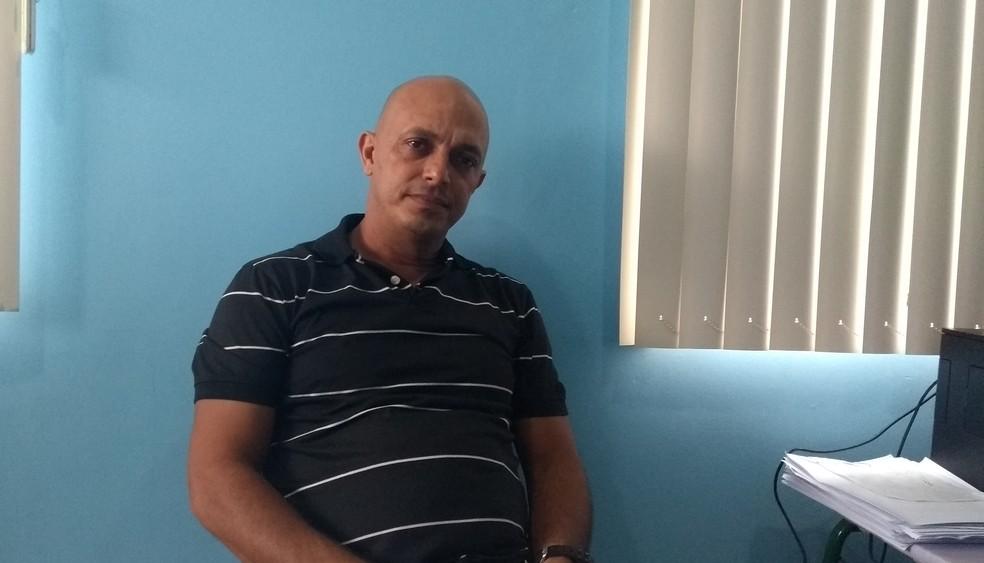 Marcelo Tenório, diretor do José Adelino, diz que médico saiu uma hora antes do horário regular, causando desfalque no atendimento (Foto: Toni Francis/G1)