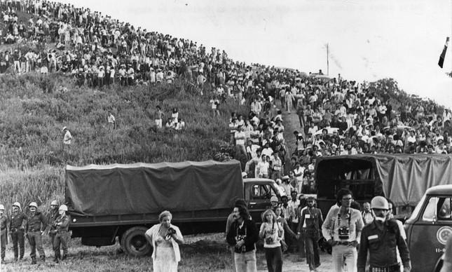 A encosta perto do 'campo de pouso' lotada de pessoas prontas para ver extraterrestres