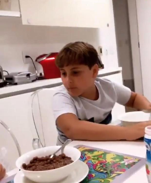 Claudia Leitte se diverte na cozinha com os filhos Davi e Rafael. Veja o cômodo (Foto: Instagram/ Reprodução)