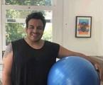 Luis Lobianco posa se exercitando em casa  | Arquivo Pessoal