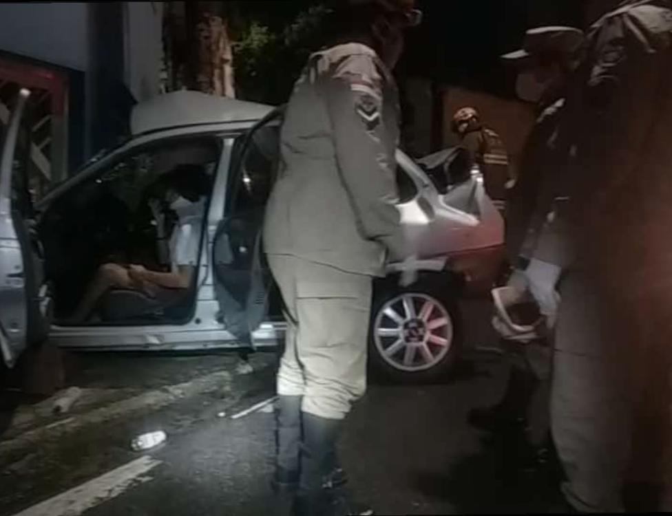 Acidente deixa dois feridos em Manaus; carro teve perda total, diz Corpo de Bombeiros