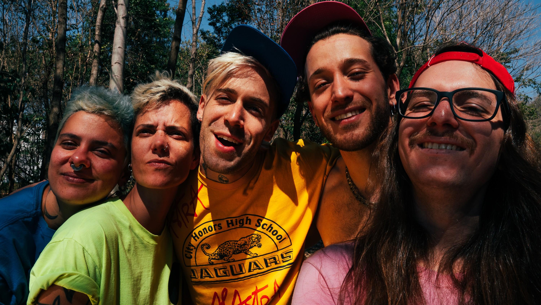 Francisco, El Hombre anuncia a primavera da resistência no single que apresenta o terceiro álbum da banda