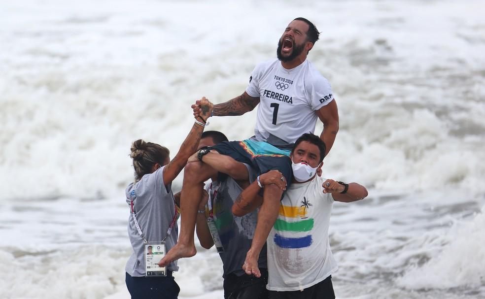 Ítalo Ferreira comemora após ganhar medalha de ouro no surfe nesta terça (27) — Foto: Lisi Niesner/Reuters