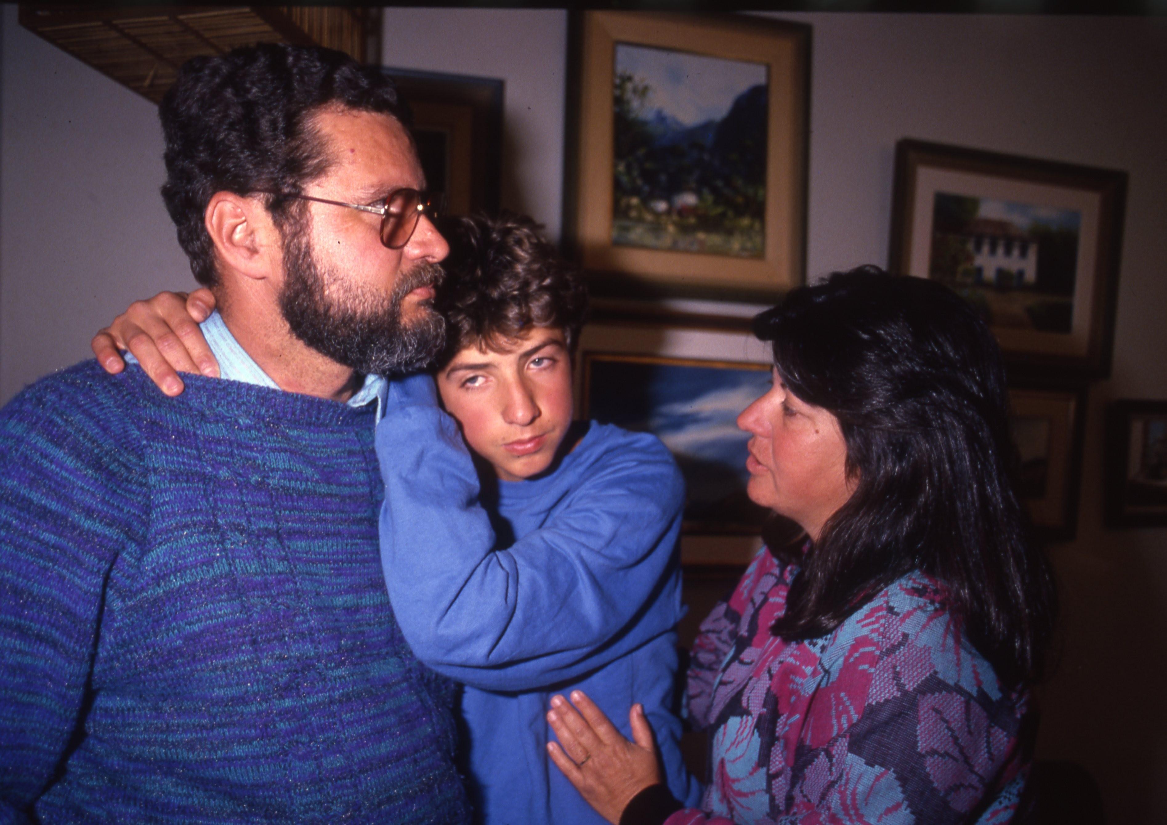 André Luís Santa Rita, com os pais Nelson e Lina, após ser liberado de sequestro