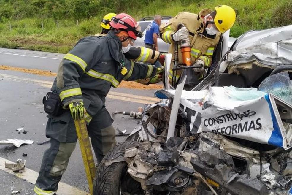 Quatro pessoas morreram e um adolescente ficou gravemente ferido em acidente, em Abre Campo. — Foto: Corpo de Bombeiros/Divulgação
